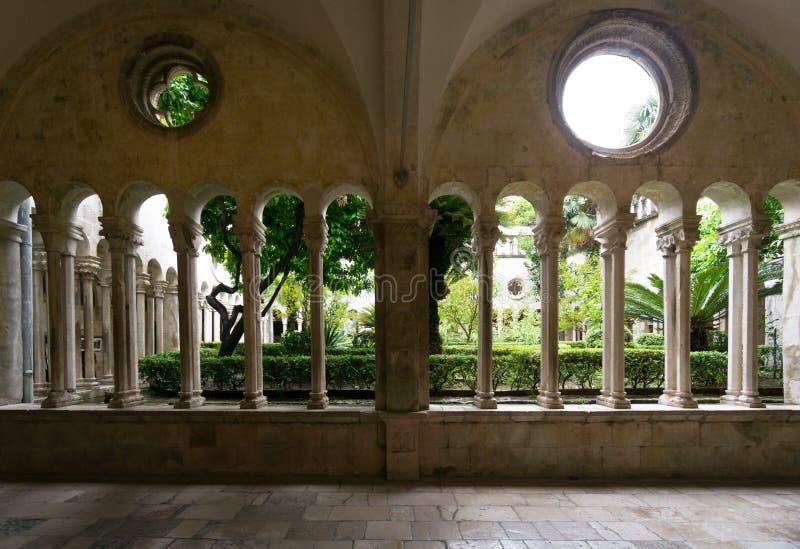 Arcadas, columnas y Windows en el monasterio franciscano, Dubrovnik imagen de archivo