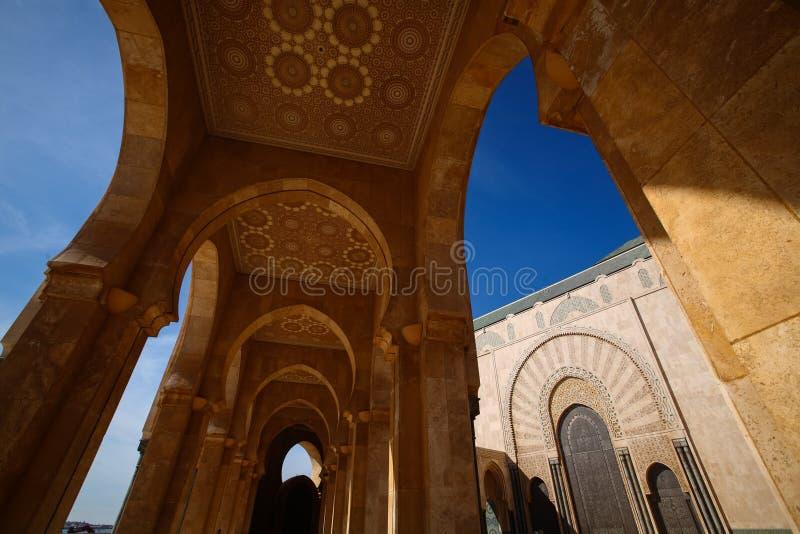 Arcadas de la mezquita de rey Hassan II, mezquita durante el cielo azul en Casablanca, Marruecos imagen de archivo