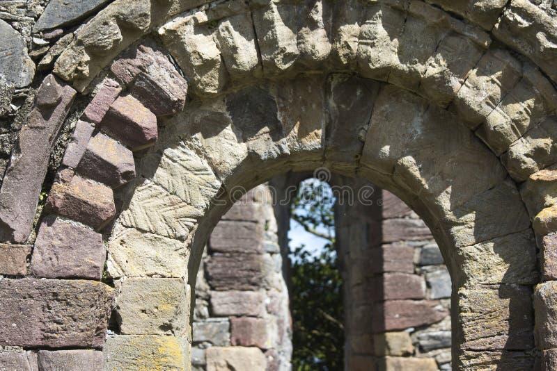 Arcadas de piedra detalladas, abadía de Innisfallen en la isla de Innisfallen fotografía de archivo