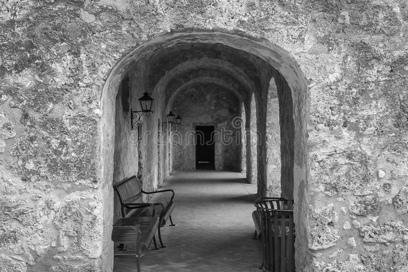 Arcadas de piedra que llevan en la calzada en blanco y negro imagen de archivo libre de regalías