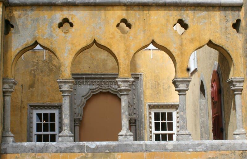 arcadas del castillo imagenes de archivo