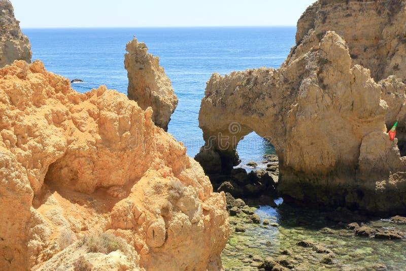 Arcadas dentadas de la piedra caliza en el promontorio de Ponta DA Piedade fotografía de archivo
