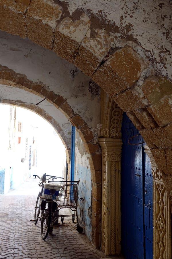 Arcadas en las calles de Marruecos, África fotografía de archivo libre de regalías