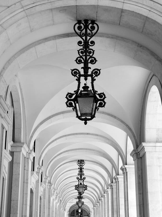 Arcadas hermosas en Lisboa con las l?mparas tradicionales fotografía de archivo