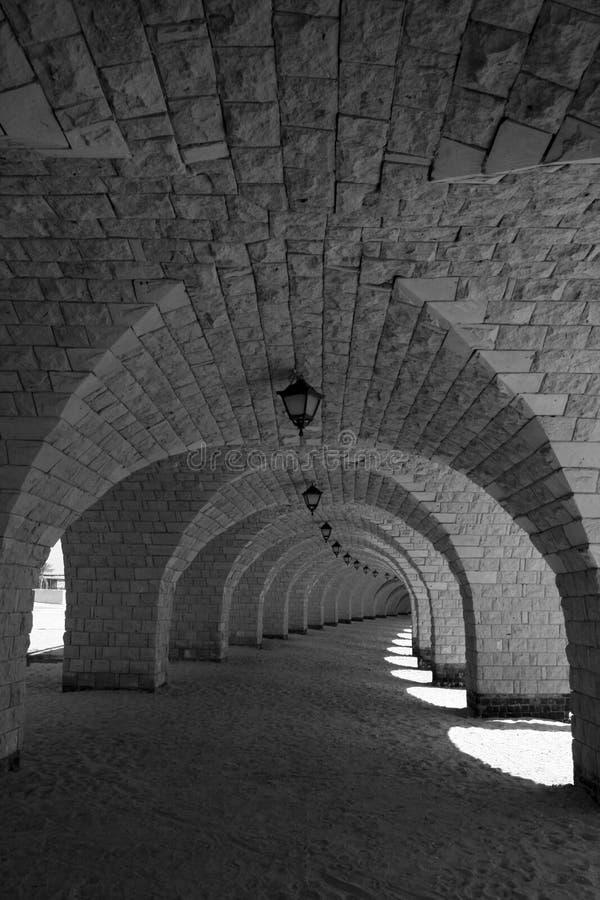 Arcadas que forman una manera cubierta del paseo debajo de un embarcadero imagen de archivo