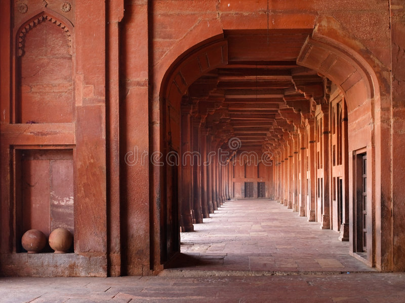 Arcadas rojas en mezquita imagen de archivo libre de regalías