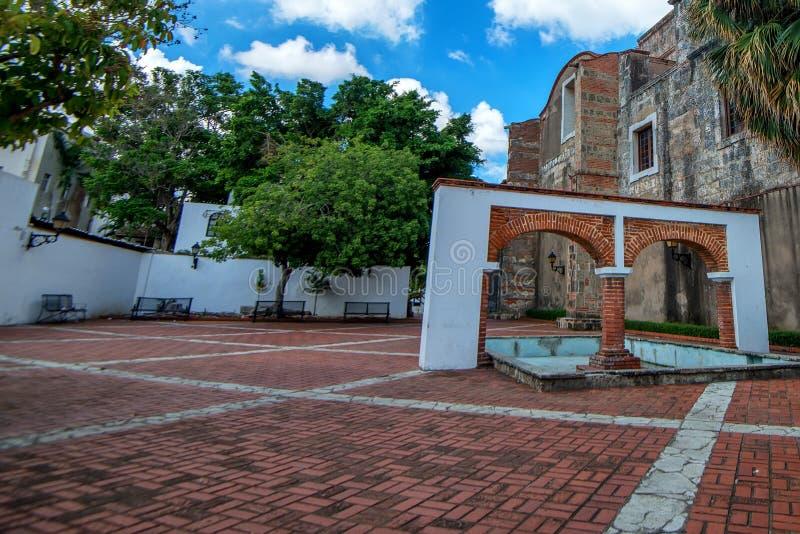 Arcade dans la rue du Colonial de Zona, Santo Domingo image libre de droits