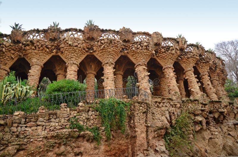 Arcade des fléaux en pierre en stationnement Guell, Barcelone image stock