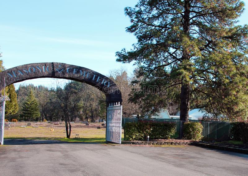 Arcade en pierre à l'entrée au cimetière maçonnique, Canyonville, Orégon photographie stock