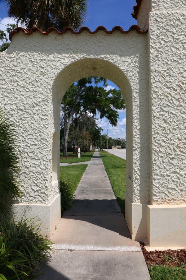 Arcade espagnole de stuc en Orlando Florida photographie stock
