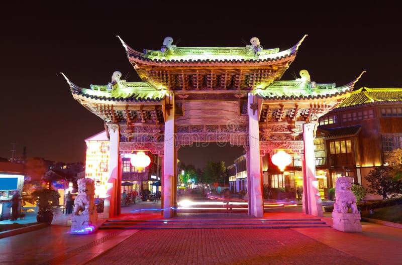 Arcade ornementale de rue de Wuxi Nan-Tchang la nuit photo libre de droits