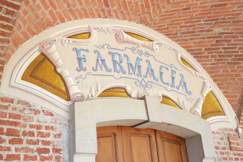 Arcade in rode bakstenen rond Heiligdom van Vicoforte-kerk, oud apotheekteken in Itali? stock fotografie