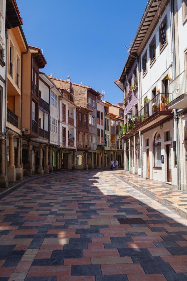 Arcades και στήλες στη διάσημη αρχαία πόλη Aviles, Ισπανία στοκ φωτογραφίες με δικαίωμα ελεύθερης χρήσης