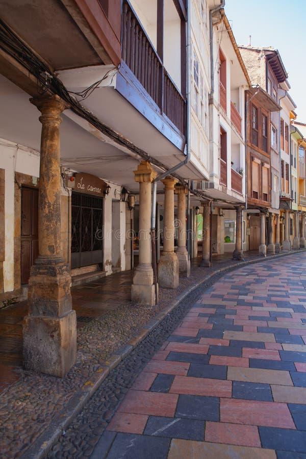 Arcades και στήλες στη διάσημη αρχαία πόλη Aviles, Ισπανία στοκ φωτογραφία με δικαίωμα ελεύθερης χρήσης