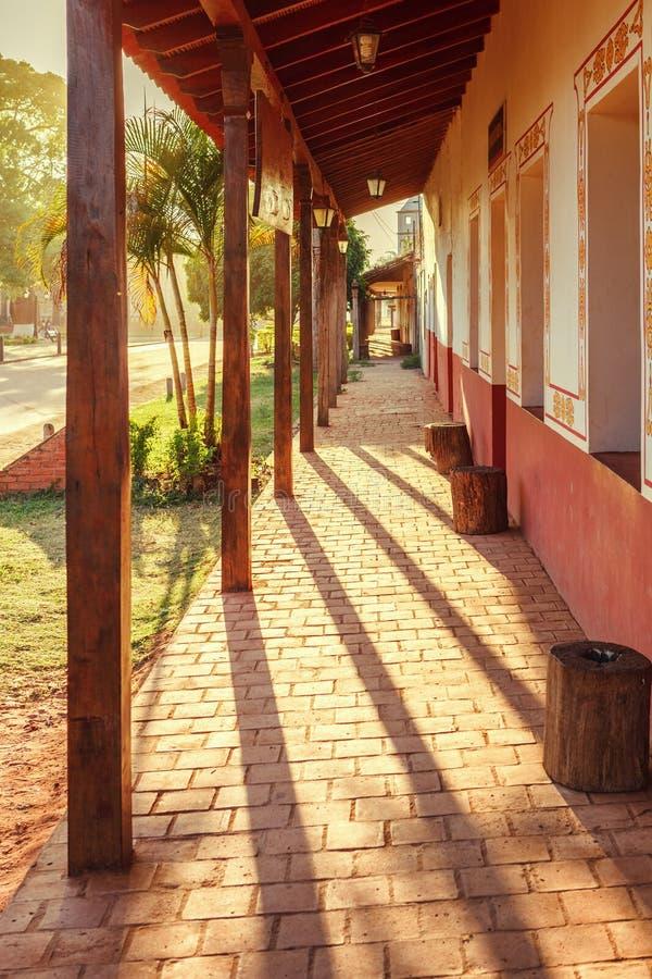 Arcades σε μια οδό στο χωριό Concepción, jesuit αποστολές στην περιοχή Chiquitos, της Βολιβίας στοκ εικόνες