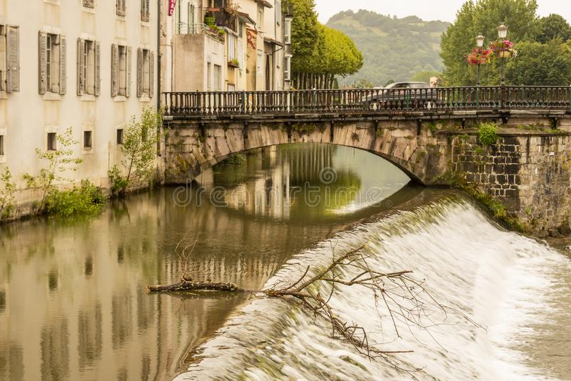 Arcades της παλαιάς γέφυρας πέρα από τη βίλα Salat ποταμών Αγίου Girons Ariege Γαλλία στοκ φωτογραφίες με δικαίωμα ελεύθερης χρήσης
