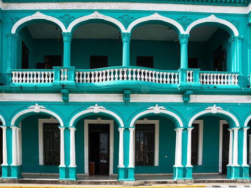 Arcades d'un bâtiment néoclassique en Santa Clara Cuba images stock