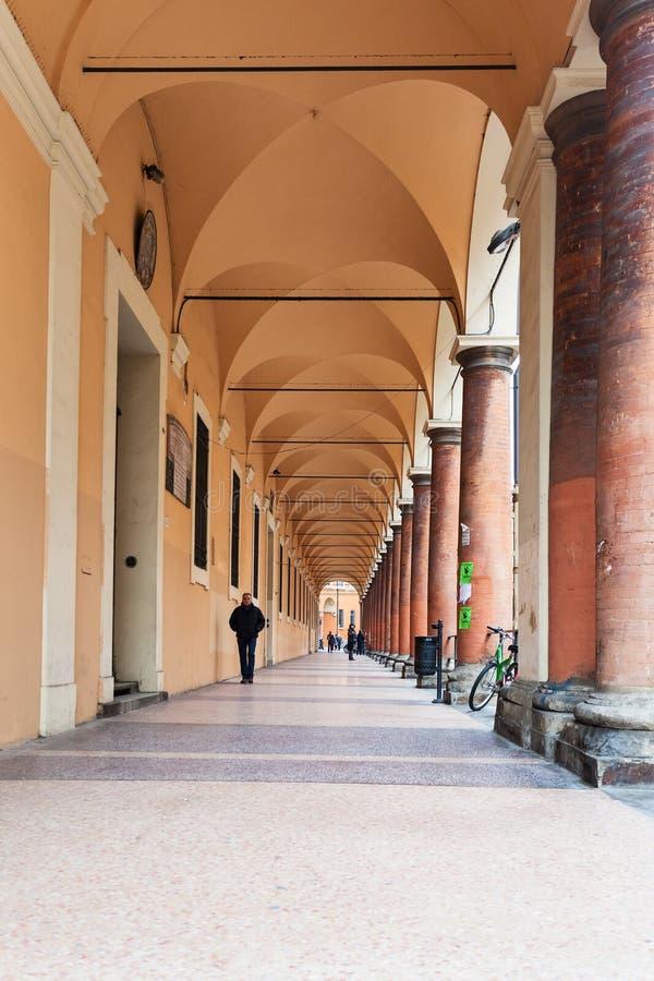 Arcades dans la ville de Bologna images libres de droits