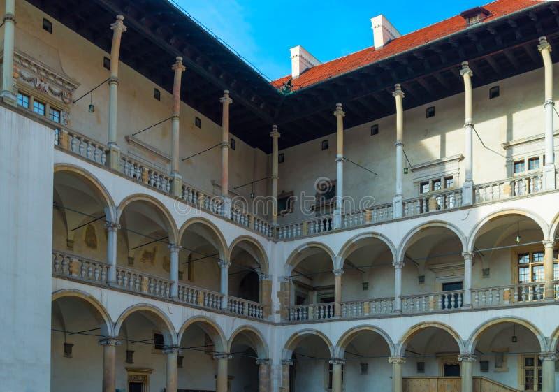 Arcades dans le château de Wawel à Cracovie, Pologne images libres de droits