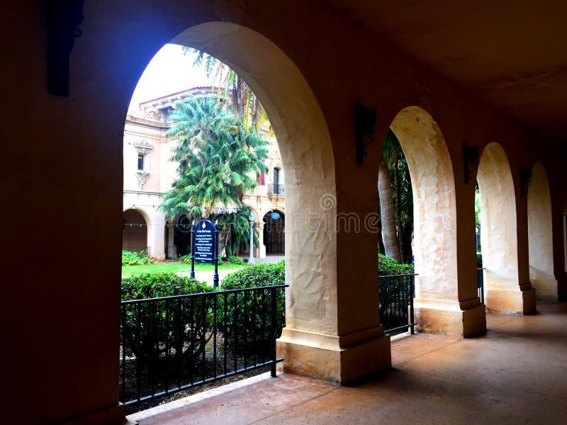 Arcades dans un style très fleuri découpées en parc de Balboa photographie stock