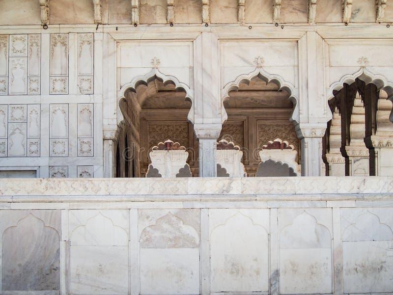 Arcades de marbre découpées au fort d'Âgrâ dans l'Inde images stock