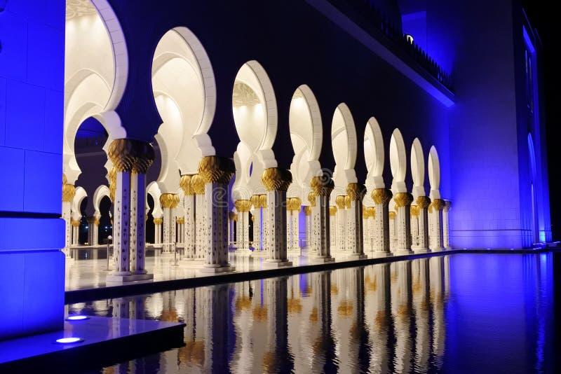 Arcades de trou de la serrure illuminées la nuit dans Sheikh Zayed Mosque images libres de droits