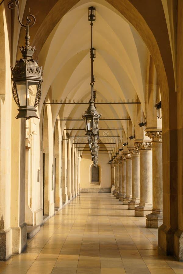 Arcades gothiques dans le sukiennice buidning images stock
