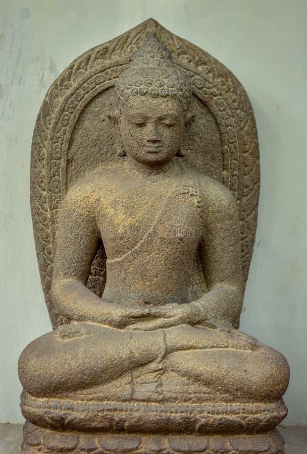 Arcaen Amitabha eller statyn av Amitabha grundar i det centrala Java 8-10th århundradet royaltyfria bilder