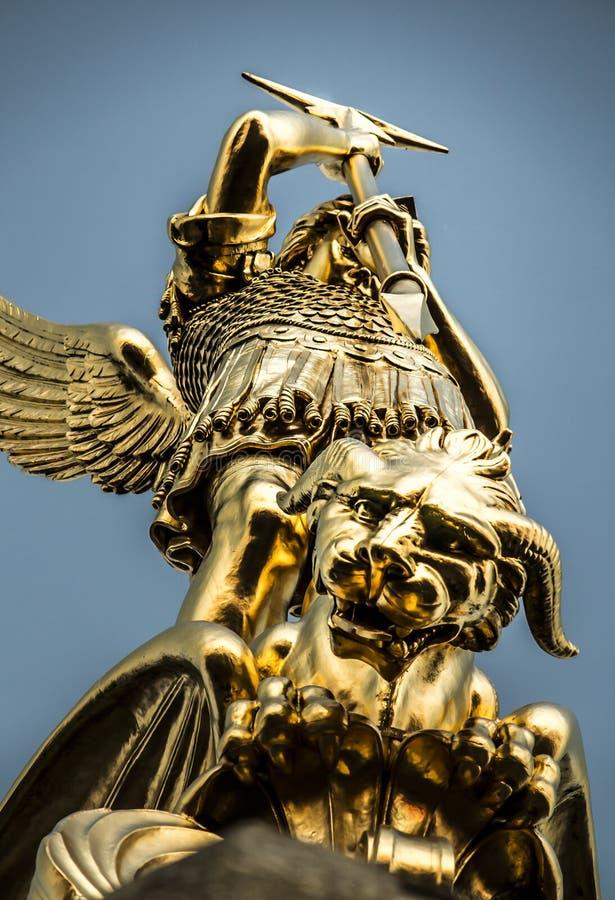 Arcangelo Michael che combatte il drago dalla torre del chur immagine stock libera da diritti