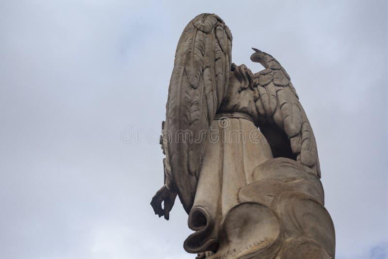Arcanjo Gabriel | Vinda para baixo de uma nuvem fotos de stock