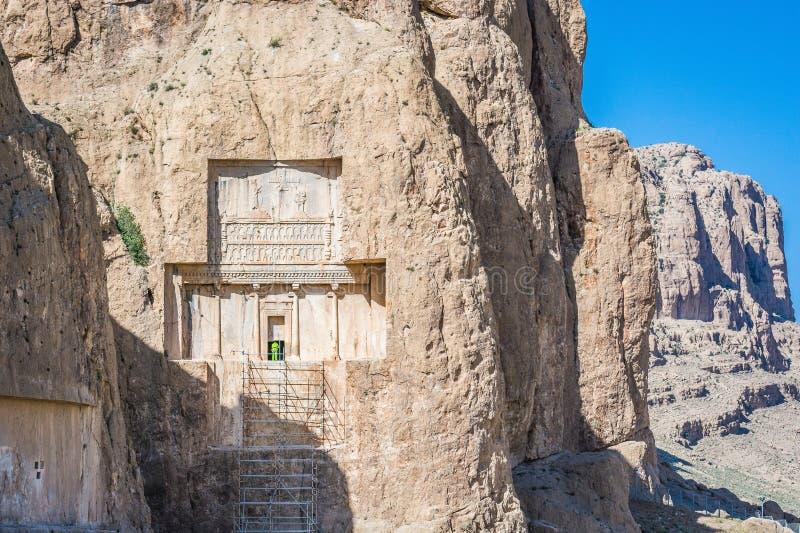 Archäologe, der im alten Friedhof Naqsh-e Rustam in Fars-Provinz, der Iran arbeitet stockfotografie