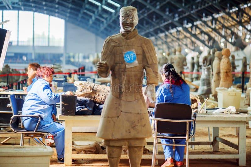Archäologen, die an der Aushöhlung der Terrakotta-Armee arbeiten stockbilder