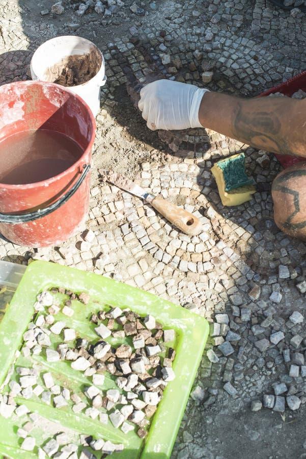 Archäologen stellen Artefaktmosaik wieder her stockfotos