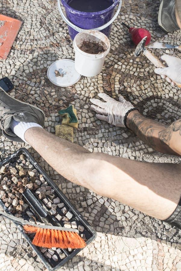 Archäologen stellen Artefaktmosaik wieder her lizenzfreies stockfoto