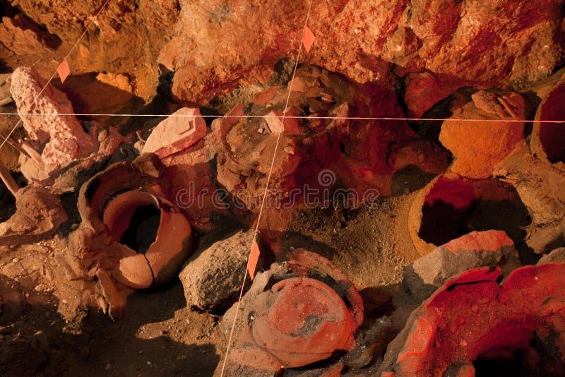 Archäologieaushöhlungsstandort Wirkliche Artefakte, alte Amphore stockfotografie
