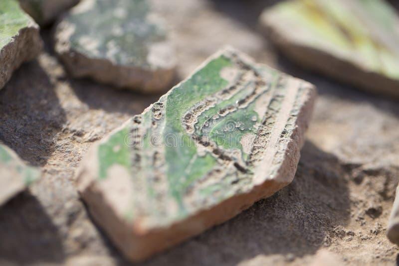 Archäologische Entdeckungen - Scherben von alten Tonwaren lizenzfreies stockfoto