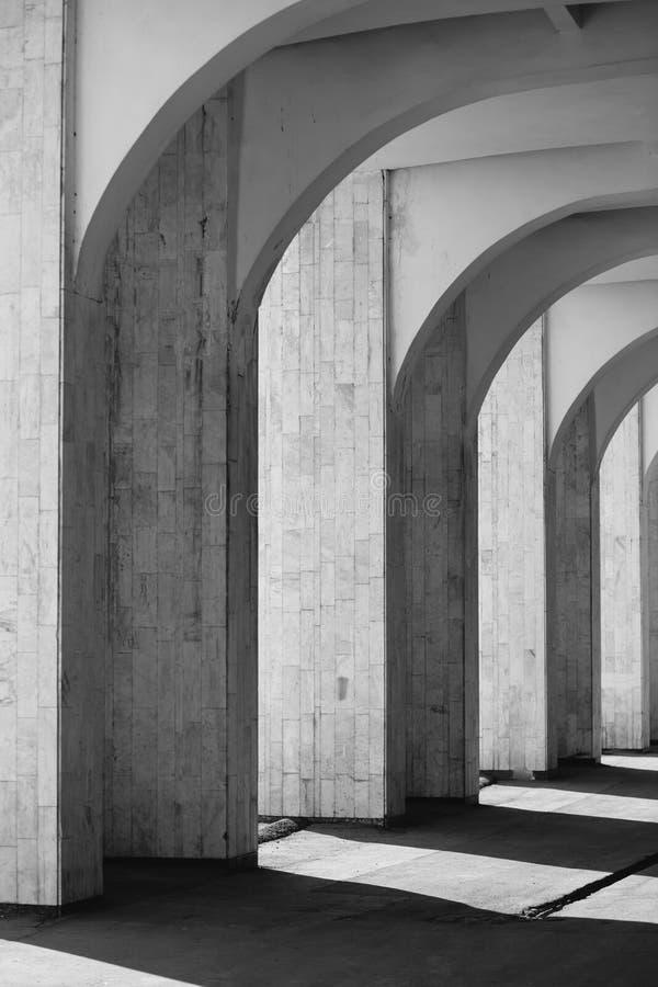 Arché in bianco e nero con le ombre fotografia stock libera da diritti