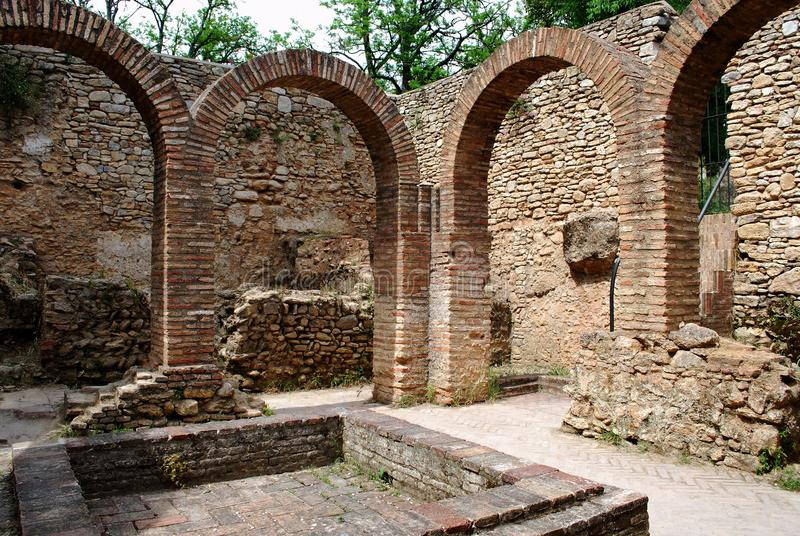 Arché del mattone e stagno nei bagni arabi, Ronda, Spagna immagini stock