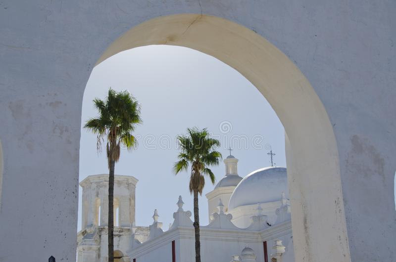 Arché e cupole di San Xavier del Bac Mission fotografia stock libera da diritti
