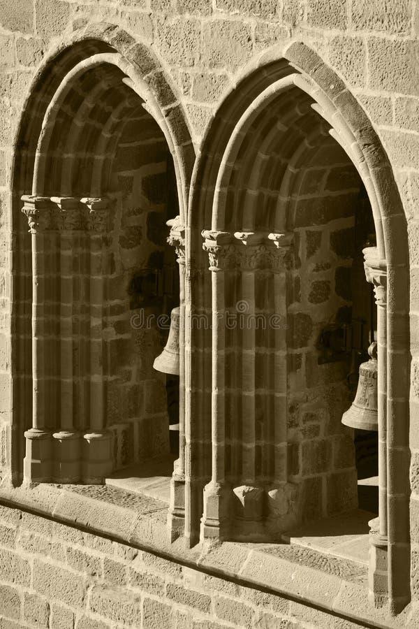 Arché gotici e colonne in una facciata Olite, Spagna fotografia stock libera da diritti