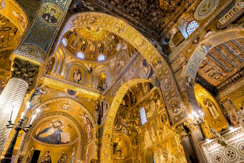 Arché saraceni e mosaici bizantini all'interno della cappella del palatino di Royal Palace a Palermo fotografia stock libera da diritti