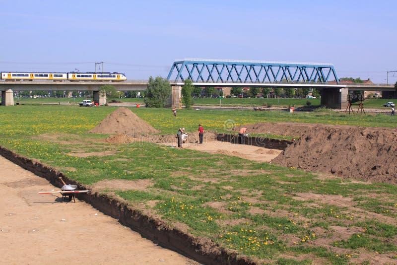 Archéologues travaillant près du deventer d'ijssel de fleuve images libres de droits
