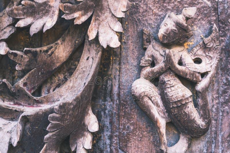 Arch?ologisch, Abschluss oben von geschnitzten Kunstzahlen auf alten h?lzernen Carvings auf dem Wandtempel bei Shwe Nan Daw Kyaun stockbild