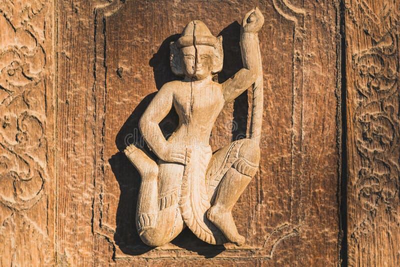 Arch?ologisch, Abschluss oben von geschnitzten Kunstzahlen auf alten h?lzernen Carvings auf dem Wandtempel bei Shwe Nan Daw Kyaun stockbilder