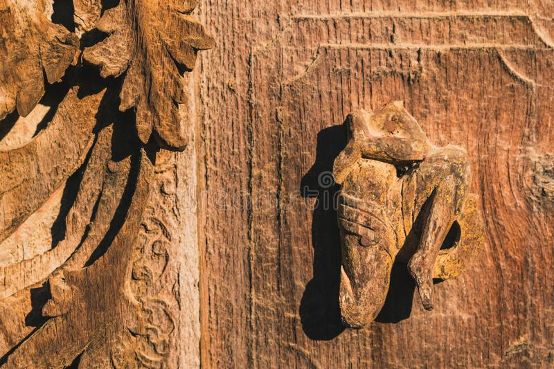 Arch?ologisch, Abschluss oben von geschnitzten Kunstzahlen auf alten h?lzernen Carvings auf dem Wandtempel bei Shwe Nan Daw Kyaun stockfotos