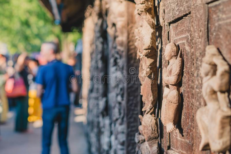 Arch?ologisch, Abschluss oben von geschnitzten Kunstzahlen auf alten h?lzernen Carvings auf dem Wandtempel bei Shwe Nan Daw Kyaun stockfotografie