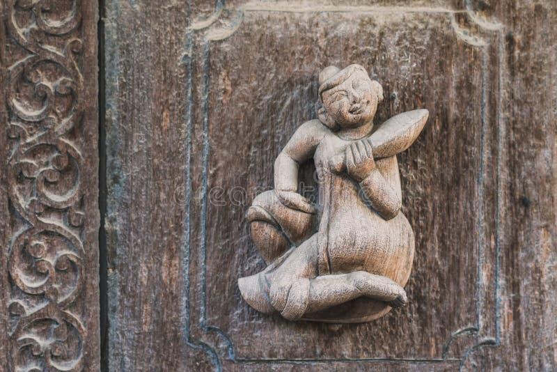 Arch?ologisch, Abschluss oben von geschnitzten Kunstzahlen auf alten h?lzernen Carvings auf dem Wandtempel bei Shwe Nan Daw Kyaun lizenzfreies stockbild