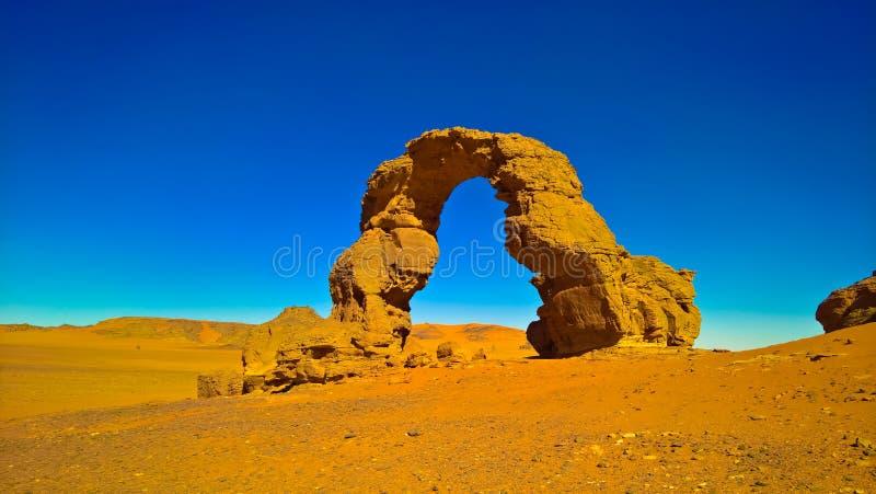 Arch Rock formation alias Arch of Africa eller Arch of Algeriet med måne vid Tamezguida i nationalparken Tassili Ajjer i Algeriet royaltyfri foto