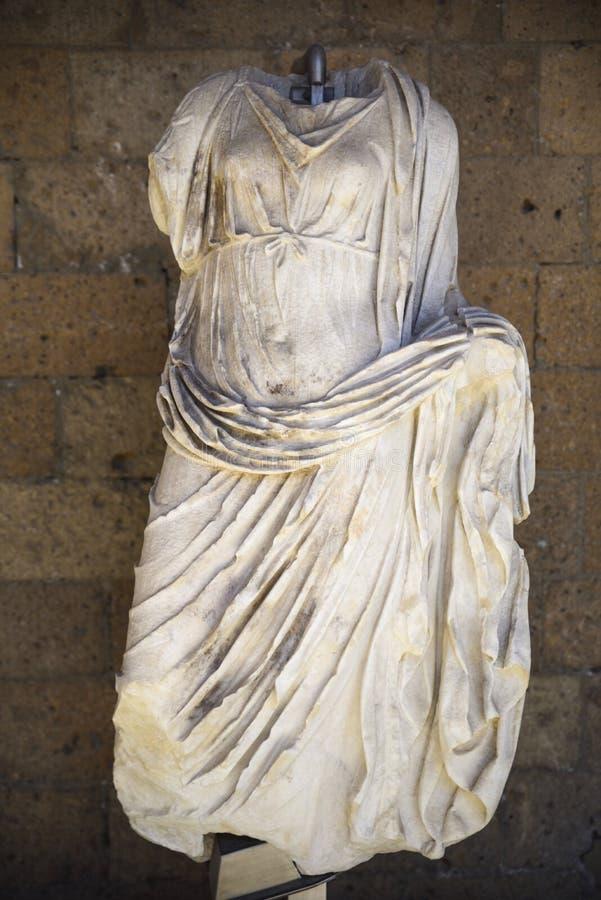archaeological find Statyn återstår av en kvinna med elegant drap royaltyfri bild