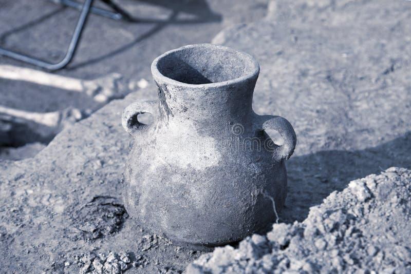 archaeological park för paphos för cyprus utgrävningkato Den fann artefacten, åldrades den skadade keramiska kruset på jordningen arkivfoto